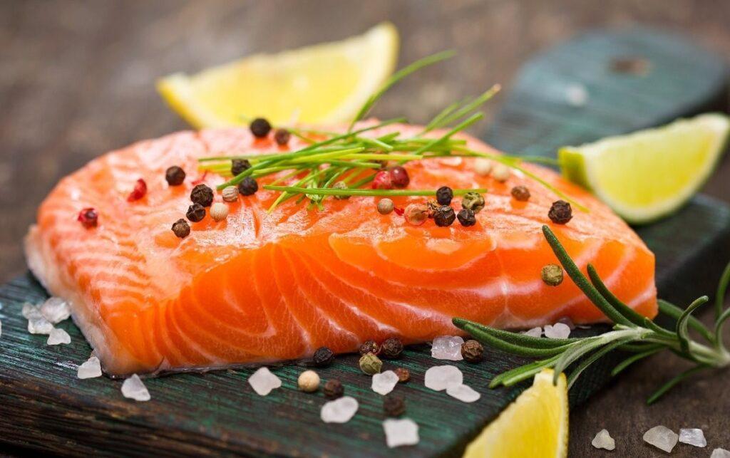 Một phần cá hồi có chứa khoảng 200 calo, ít chất béo bão hòa, nhiều protein tốt và đây cũng là một trong những nguồn vitamin B12, Kali, sắt và vitamin D rất dồi dào