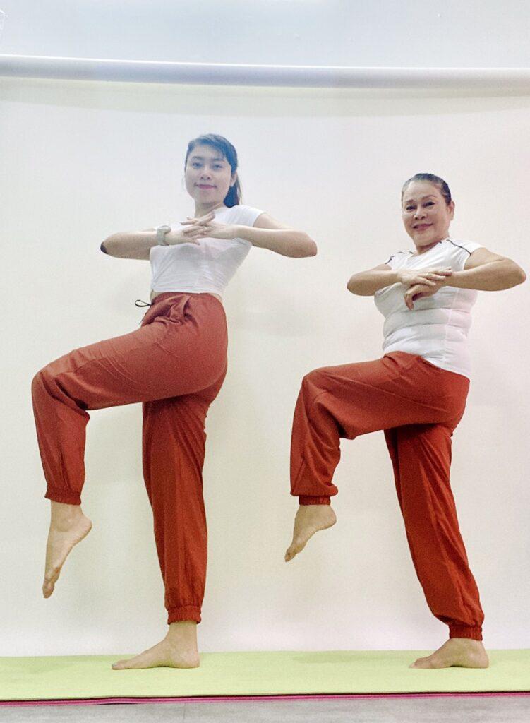 Ở nhà chống dịch, điều gì khiến mẹ U70 cùng con gái thử thách tập thể dục? - ảnh 2