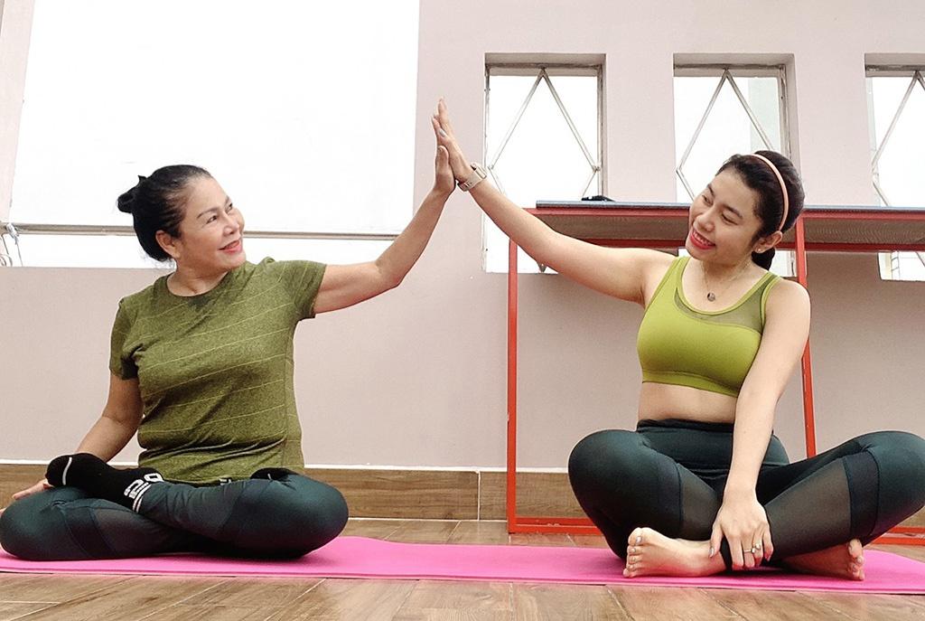 Ở nhà chống dịch, điều gì khiến mẹ U70 cùng con gái thử thách tập thể dục?